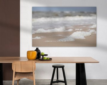 Schaum am Strand - Egmond aan Zee (die Niederlande) von Gerda Hoogerwerf
