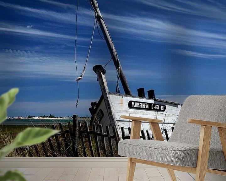 Sfeerimpressie behang: Schipbreuk, oude vissersboot in de Algarve, Portugal. van Iris Heuer