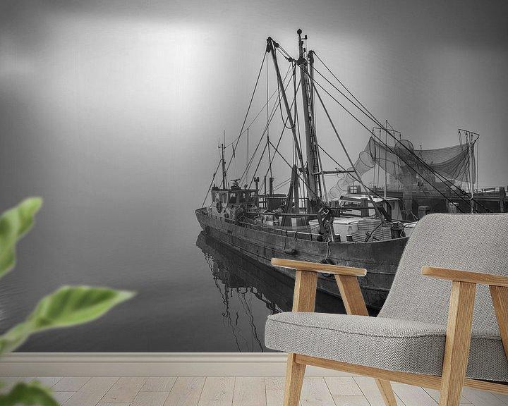 Sfeerimpressie behang: Boot in de mist Nederland van Peter Bolman