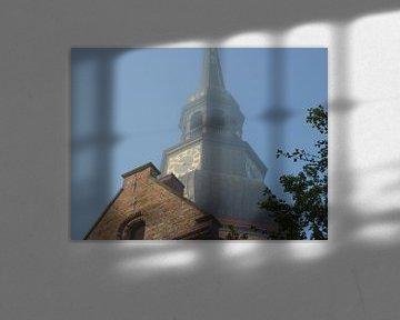 Kerk in ochtend nevel van Ad Steenbergen