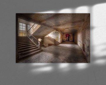 Verlassenes Treppenhaus mit Wandmalerei. von Roman Robroek