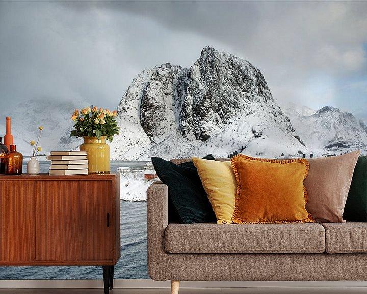 Sfeerimpressie behang: Hamnøy Rorbuer en de berg Olstinden van Nando Harmsen