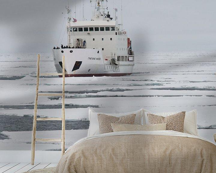 Sfeerimpressie behang: IJbeer    en expeditieschip  rond Spitsbergen van Peter Zwitser