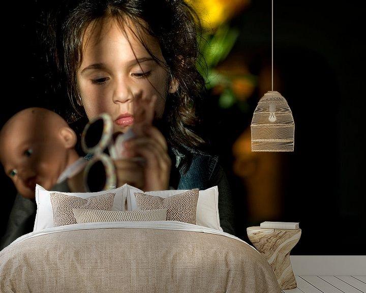 Sfeerimpressie behang: Meisje met pop van Huibert van der Meer