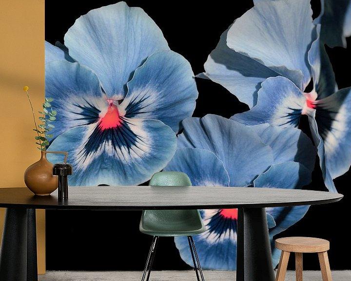 Sfeerimpressie behang: Viooltjes, blauw paars. van Ronald Smits