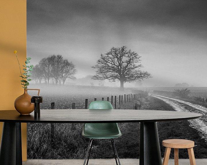 Sfeerimpressie behang: Oude Eik met mist van Chris Clinckx