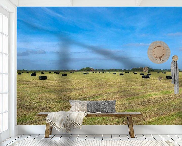 Sfeerimpressie behang: Weiland met strobalen en blauwe lucht van Ronald Smits