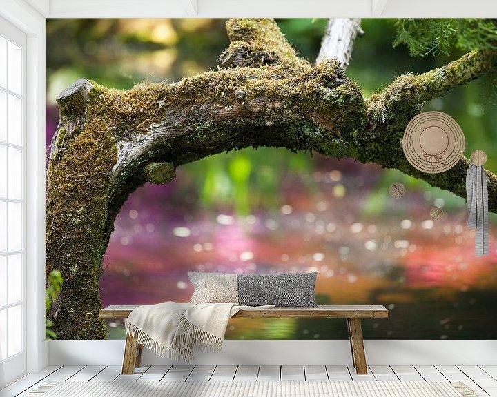 Sfeerimpressie behang: Boomstronk met mos van Raoul Suermondt