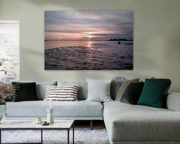 Prachtige zonsondergang met weerspiegeling op het zand van Jolien Kramer