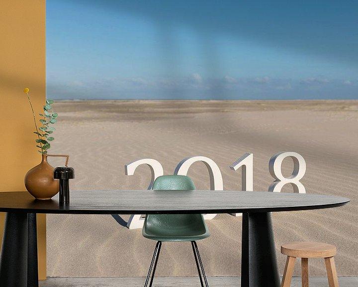 Sfeerimpressie behang: Tekst tweeduizend achttien op een strand van Tonko Oosterink