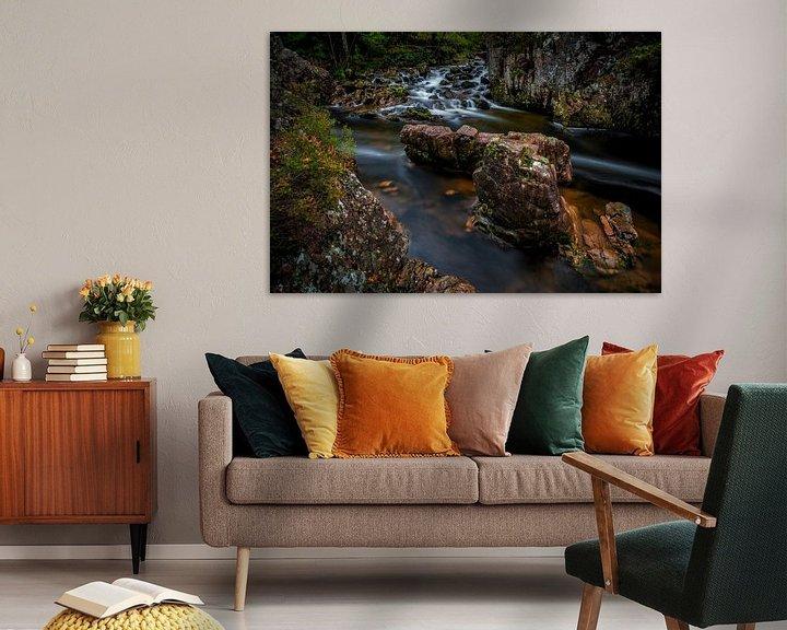 Sfeerimpressie: Stromend water langs rotsen in Schotland van Steven Dijkshoorn