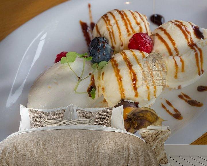 Sfeerimpressie behang: Dessert met ijs, vrucht, creme en siroop van Ronald Smits