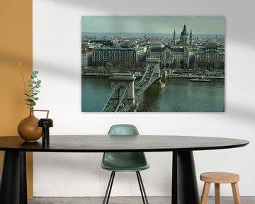 De Kettingbrug met de rest van Boedapest  van Jordi Woerts