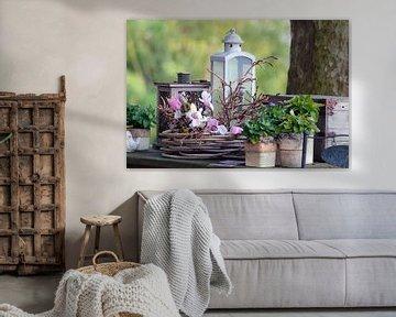 Stilleben mit Laterne, Blumen, Pflanzen und einem Kasten von Ronald Smits