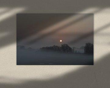 Nevelige zonsopkomst in Rivierengebied en Betuwe van Patrick Verhoef