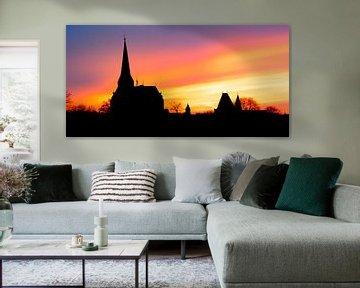 Kampen Stadt-Skylineschattenbild in dem Fluss IJssel während des Sonnenuntergangs von Sjoerd van der Wal