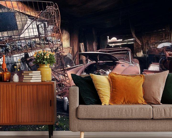 Sfeerimpressie behang: Verlaten Auto in Garage. van Roman Robroek