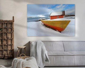 Vissersboot en hutje langs een Fjord in Noord Noorwegen van Sjoerd van der Wal