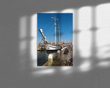 De Vliegende Hollander vaart uit de haven van Volendam van Jack Koning