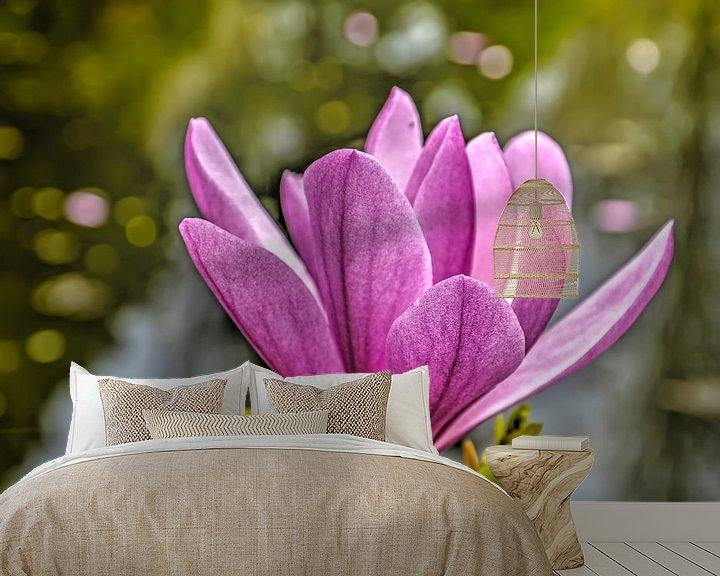 Sfeerimpressie behang: Paarse magnolia van Frans Blok