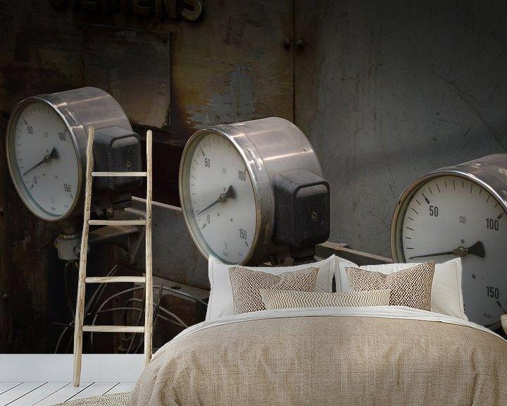 Sfeerimpressie behang: Mooie close up van oude meters op een machine van Patrick Verhoef