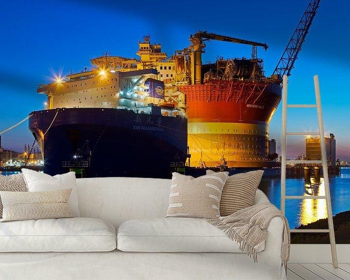 Sfeerimpressie behang: Xin Guang Hua met aan dek de FPSO Western Isles te Rotterdam van Anton de Zeeuw