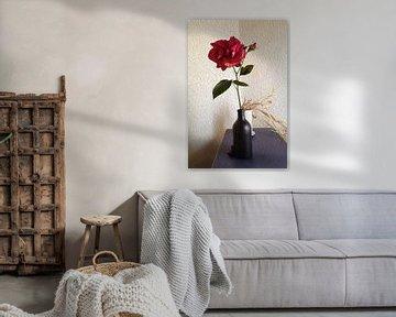 Rode roos in zwarte fles van Susan Hol