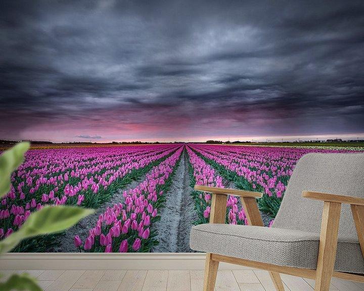 Sfeerimpressie behang: Tulpenveld in bloei van Jeffrey Groeneweg