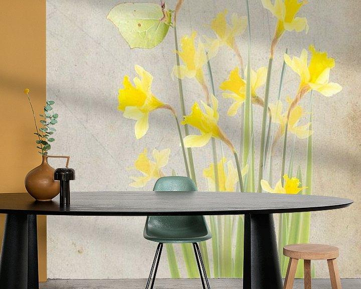 Sfeerimpressie behang: Narcissen en citroenvlinder van Fionna Bottema