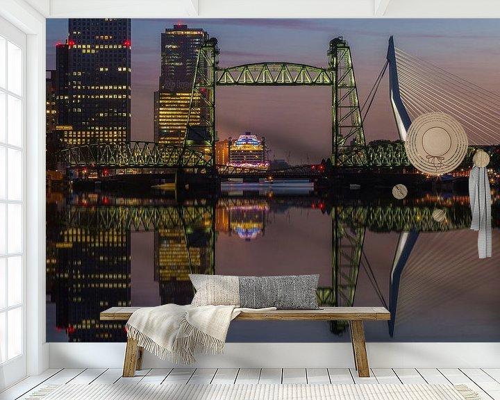 Sfeerimpressie behang: Reflectie skyline Rotterdam met de Hef van Ilya Korzelius