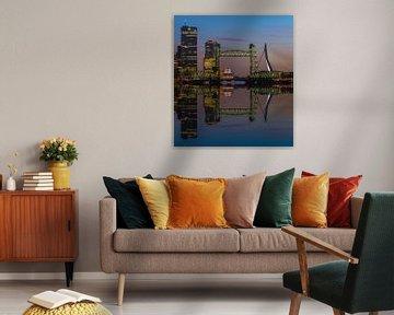 Reflectie skyline Rotterdam met de Hef von Ilya Korzelius