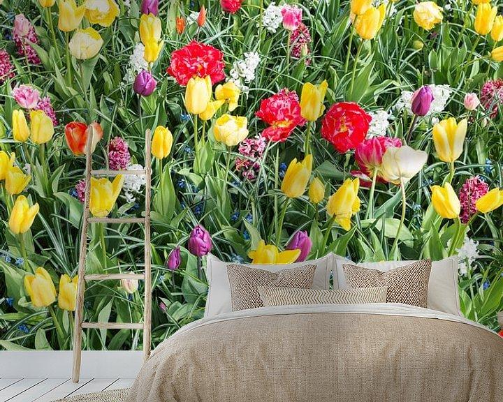 Sfeerimpressie behang: rode en gele tulpen in de keukenhof van Compuinfoto .