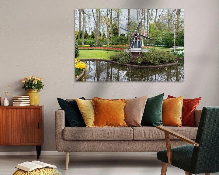 Sfeerimpressie: de keukenhof met een molen en velden vol tulpen van Compuinfoto .