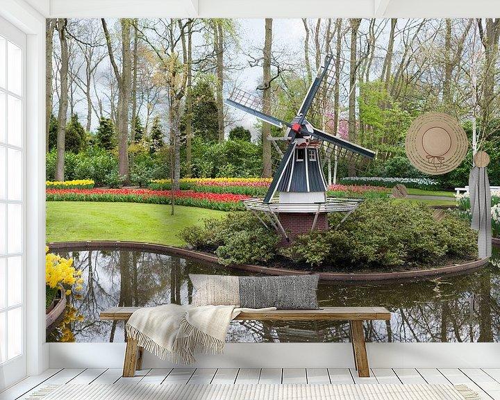Sfeerimpressie behang: de keukenhof met een molen en velden vol tulpen van Compuinfoto .