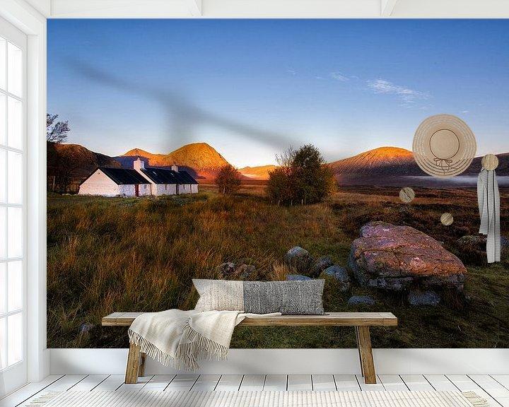 Sfeerimpressie behang: Het bekende witte huis in Glencoe van Steven Dijkshoorn