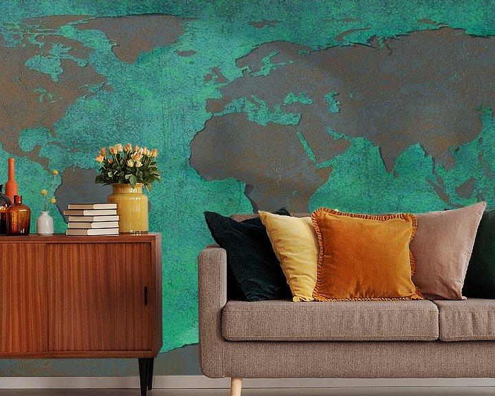 Sfeerimpressie behang: Afbladderende wereldkaart, blauw van Frans Blok