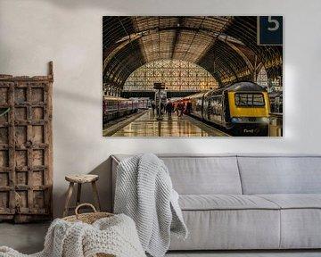 Trein in Kings Cross Station in Londen van John van Weenen