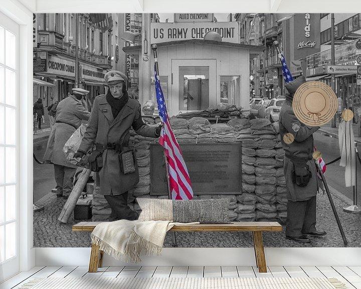 Sfeerimpressie behang: Checkpoint Charlie van Foto Amsterdam / Peter Bartelings