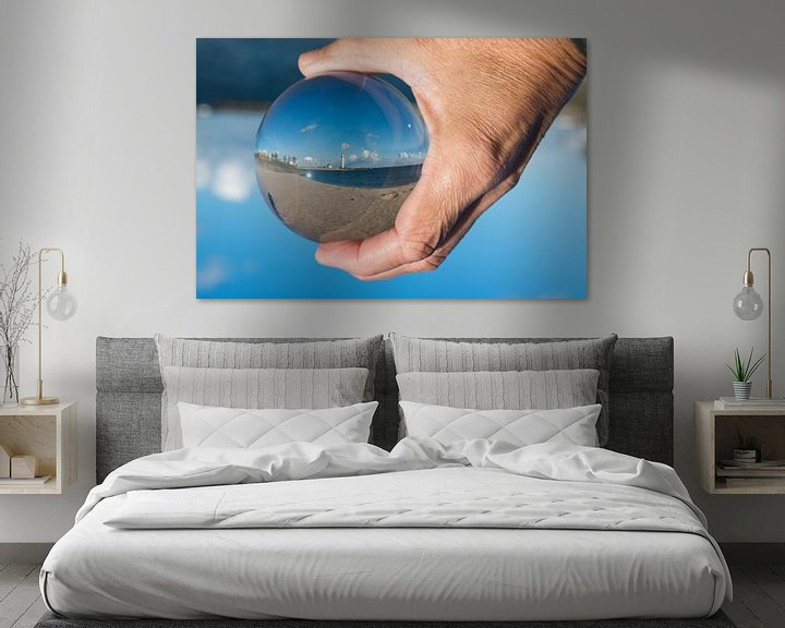 Sfeerimpressie: De vuurtoren van hellevoetsluis in een glazen bol van Compuinfoto .