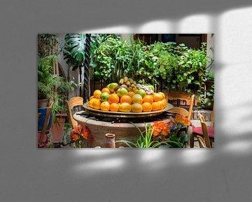 schaal met vers fruit von Compuinfoto .