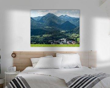 Oostenrijk, zicht op dorp in het dal van Raymond Schrave