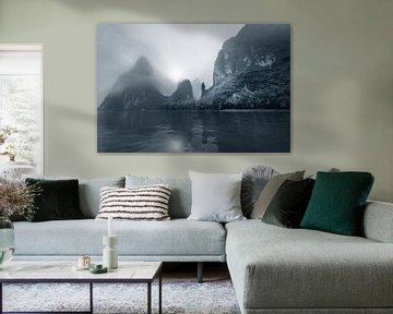 Li rivier met Karst gebergte in de mist, China in zwart wit van Ruurd Dankloff