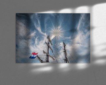 Tweemaster en de zon in de haven van Lemmer, Friesland. van Harrie Muis