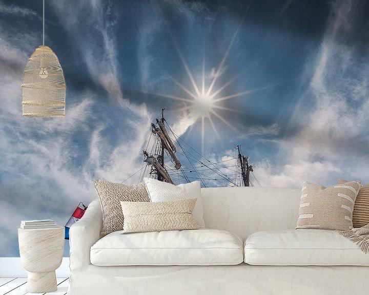 Sfeerimpressie behang: Tweemaster en de zon in de haven van Lemmer, Friesland. van Harrie Muis