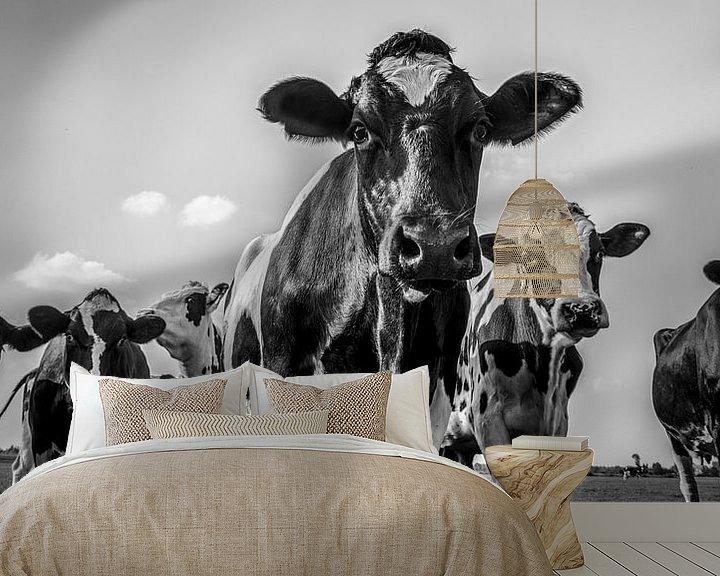 Sfeerimpressie behang: Koeien in de wei in de zomer in zwart wit van Sjoerd van der Wal