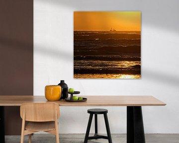 Holländische Küste Sonnenuntergang mit Fischerboot und rauem See von Dirk-Jan Steehouwer