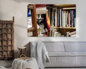 Oude boekenkast met camera van Erik Koks