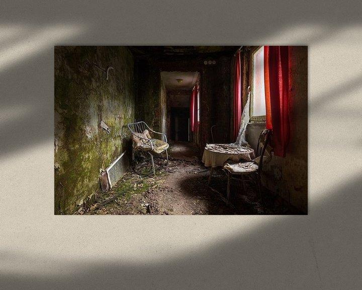 Beispiel: Verlassenes Hotel mit rotem Vorhang. von Roman Robroek