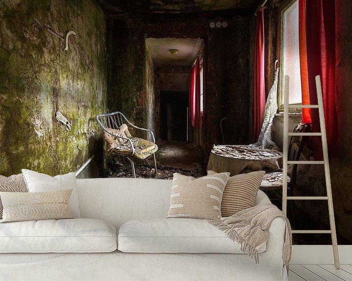 Beispiel fototapete: Verlassenes Hotel mit rotem Vorhang. von Roman Robroek