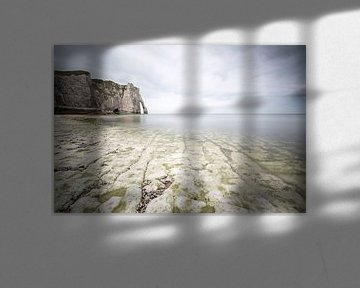 Krijtrotsen, zee en wolken bij Etretat Normandië  van Silvia Thiel
